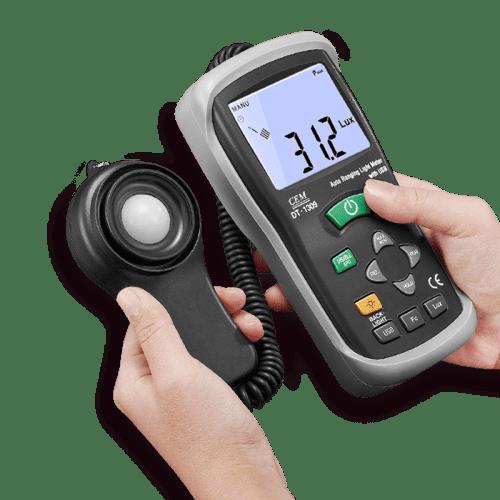 CEM DT-1309 измеритель уровня освещения, люксметр (вид из рук)